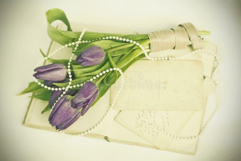 Starzy listy miłośni i purpurowi tulipany zdjęcia stock