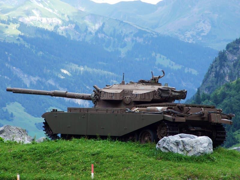 Starzy militarni zbiorniki na Mknącym pasmie Wichlen lub alte militärische Panzer są Schiessplatz Wichlen, wiąz obraz royalty free