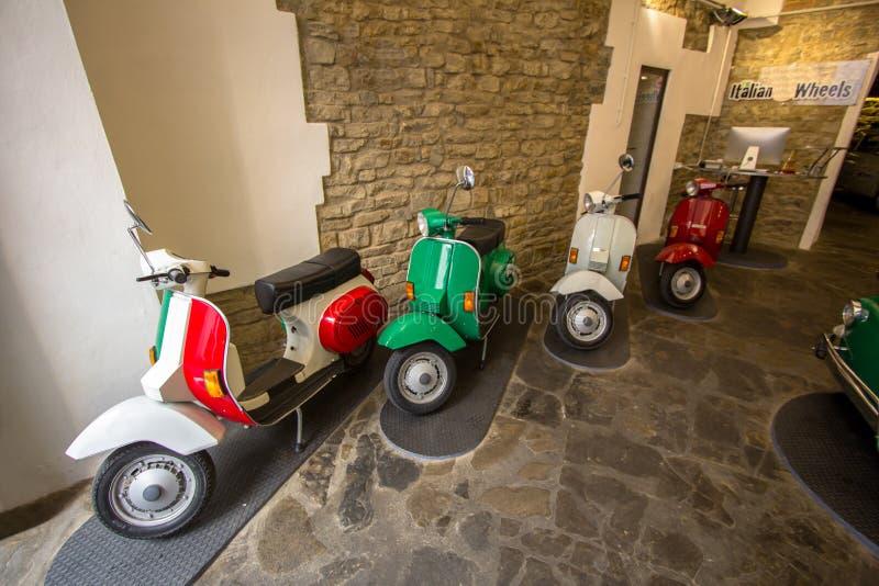 Starzy mopeds w garażu, Florencja, Włochy obrazy royalty free