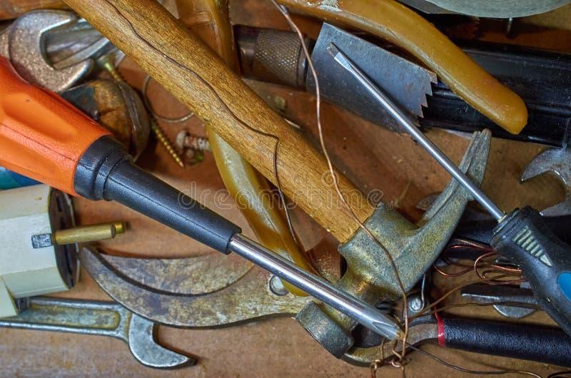 Starzy narzędzia, młot, śrubokręty, wyrwania, druciany drewniany tło fotografia stock
