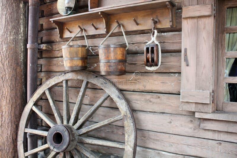 Starzy narzędzia i koło obrazy stock