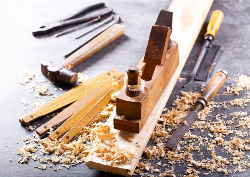 Starzy narzędzia w ciesielka warsztacie obrazy stock