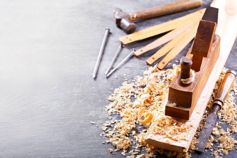 Starzy narzędzia w ciesielka warsztacie obraz stock