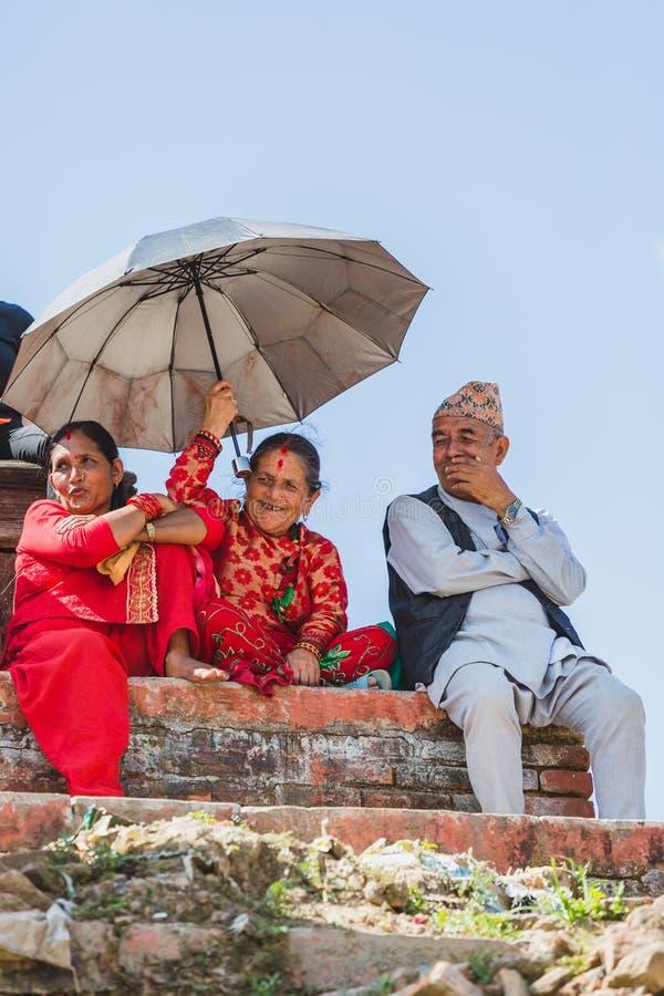 Starzy Nepalscy ludzie Ogląda Indra Jatra festiwal w Kathmandu zdjęcie stock
