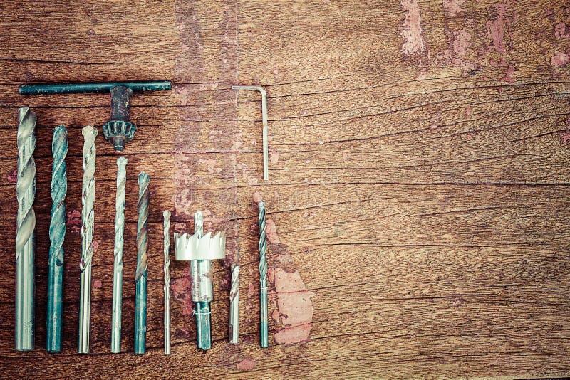 Starzy ośniedziali grungr świderu kawałki na rocznika grunge drewnianym tle zdjęcie stock