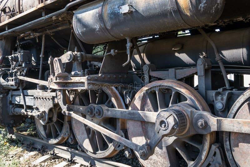 Starzy ośniedziali koła parowa lokomotywa i elementy przejażdżka obraz royalty free