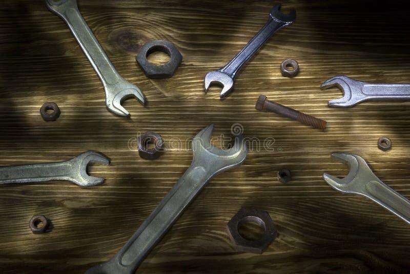 Starzy ośniedziali kruszcowi spanners na drewnianym stole zdjęcia royalty free