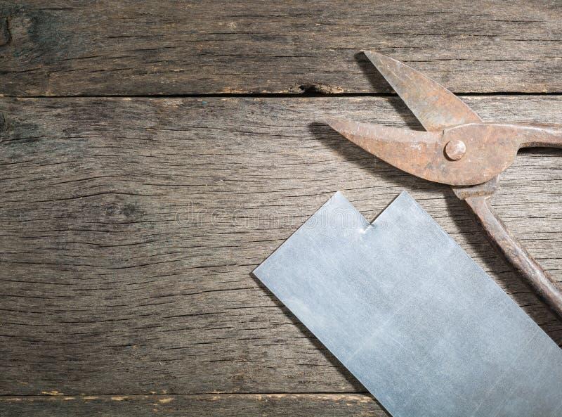Starzy ośniedziali nożyce na metalu na szarość zaszalują tło zdjęcia royalty free