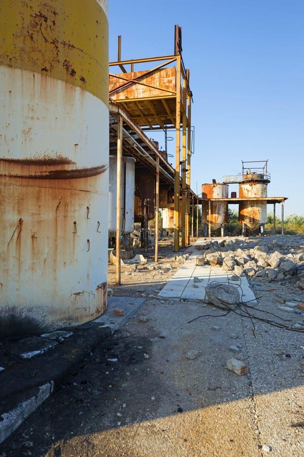 Starzy, ośniedziali składowi zbiorniki w zaniechanej przemysłowej jednostce, Grecja zdjęcia royalty free