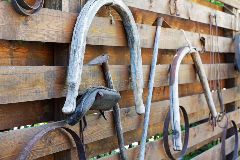 Starzy ogrodowi narzędzia i rysujący na ogrodzeniu obraz royalty free