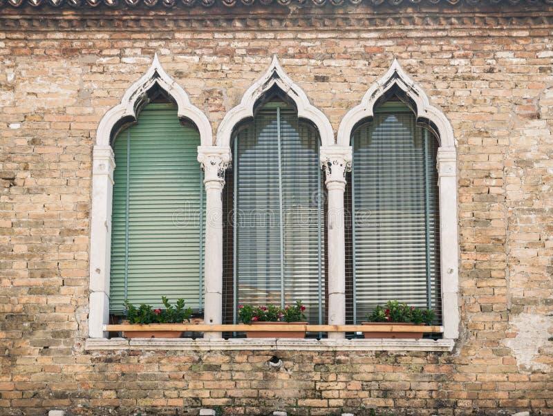 Starzy okno na średniowiecznej pałac fasadzie w Verona zdjęcie royalty free