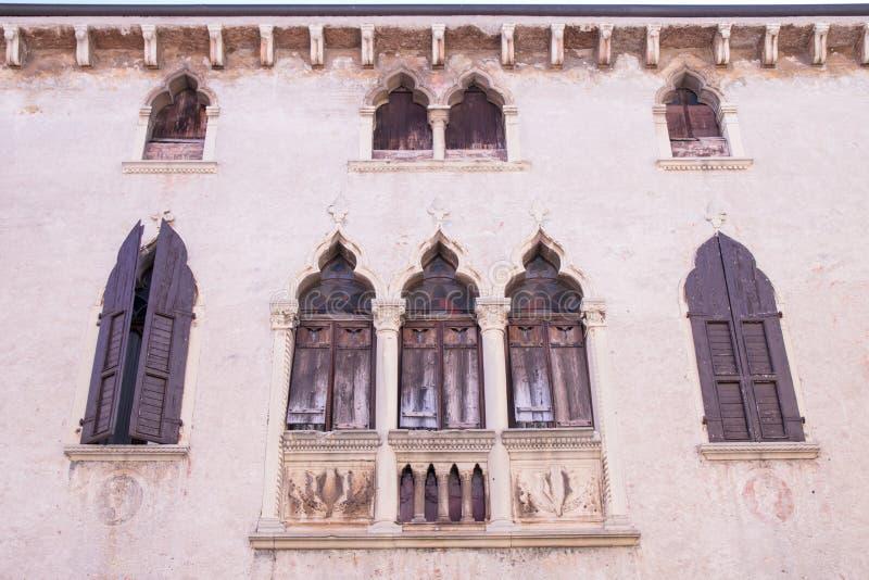 Starzy okno na średniowiecznej pałac fasadzie w Verona obrazy stock