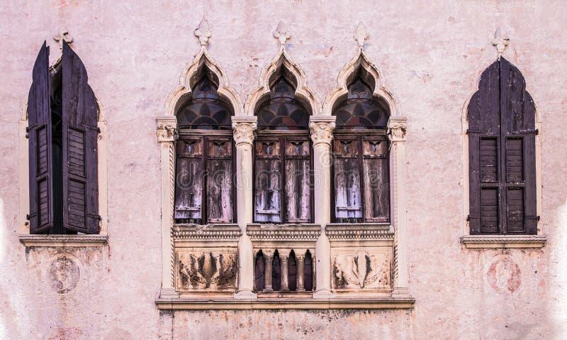 Starzy okno na średniowiecznej pałac fasadzie w Verona zdjęcia royalty free