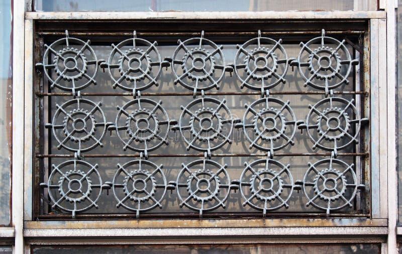 Starzy okno z żelazo kratownicą kształtowali jak cogwheels zdjęcie stock