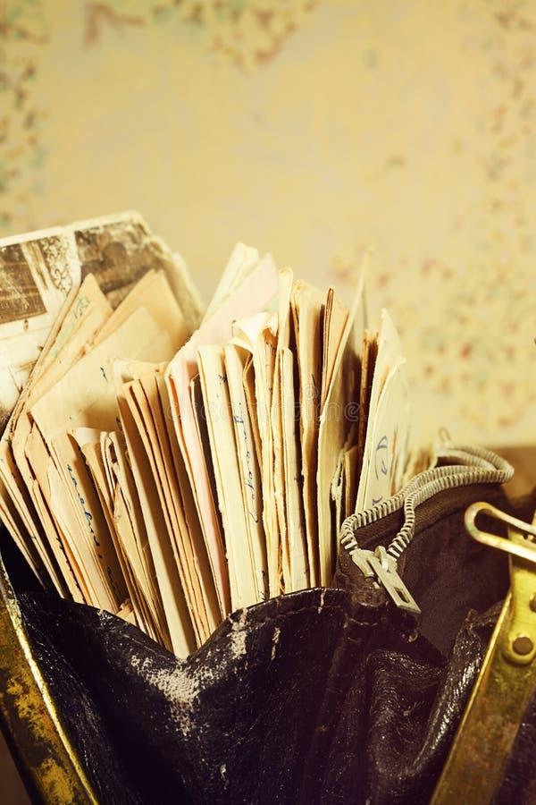 Starzy paperdocuments w rocznik torebce fotografia royalty free