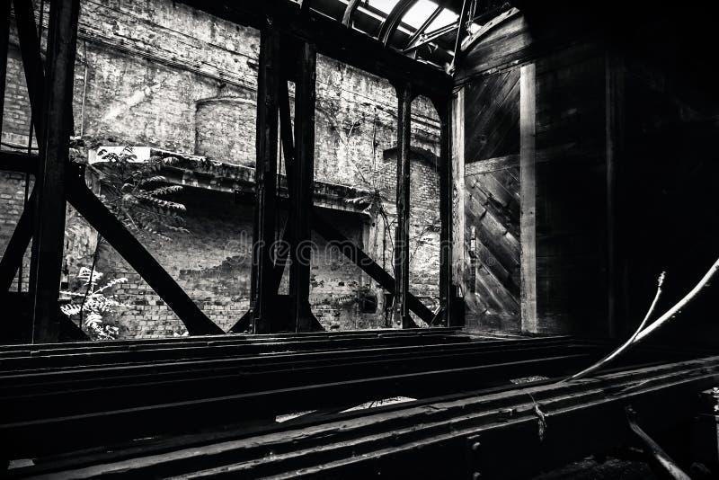 Starzy pociągi przy zaniechaną taborową zajezdnią obraz stock