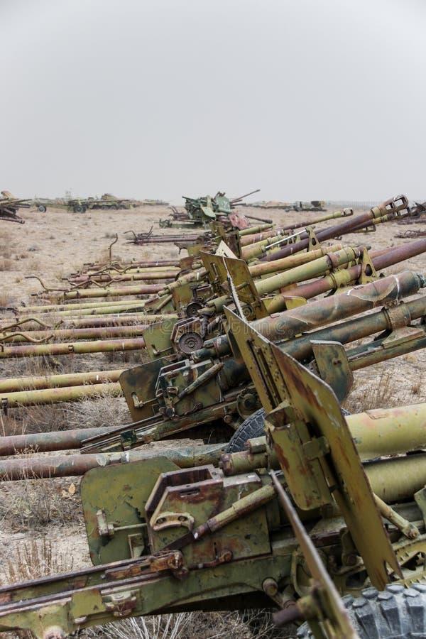 Starzy pojazdy wojskowi, zbiorniki i pistolety w Afganistan, zdjęcie stock