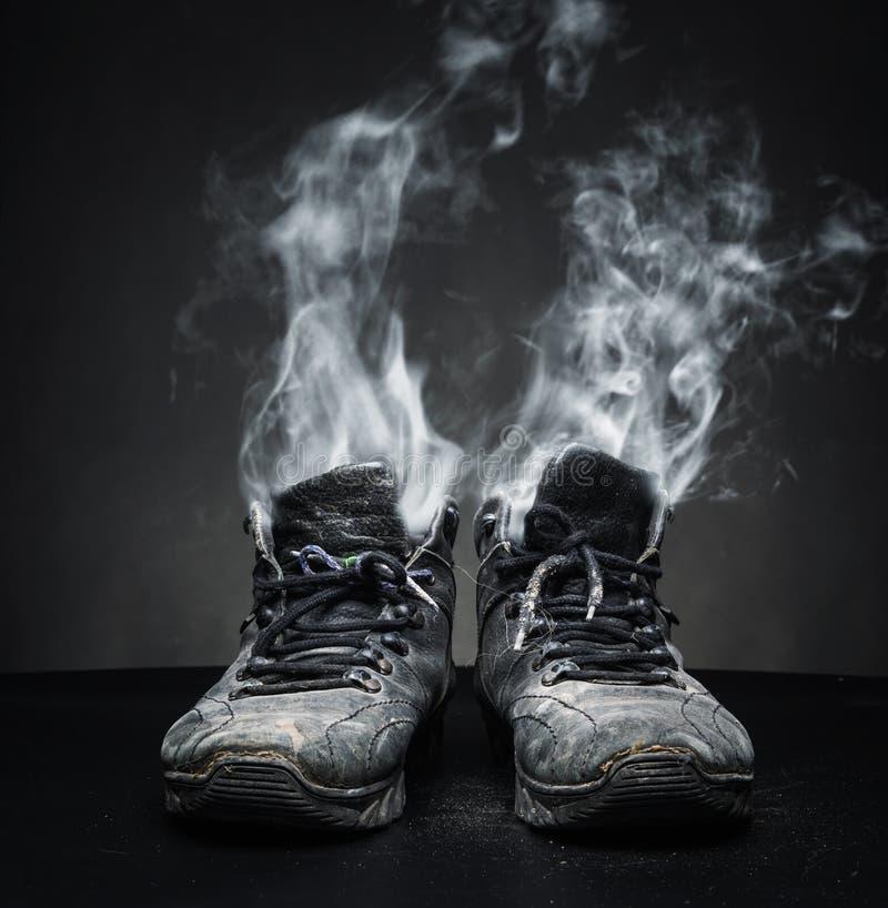 Starzy praca buty w dymu zdjęcia royalty free