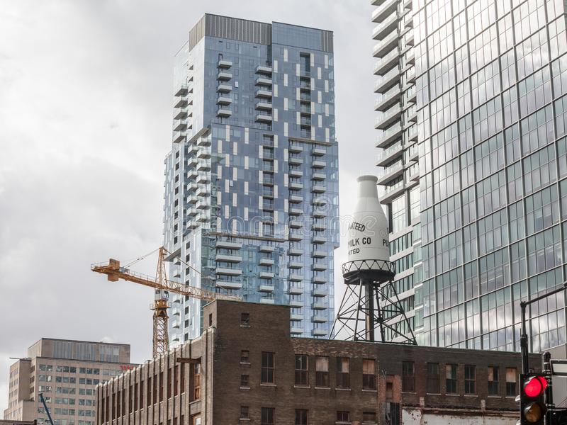 Starzy przemysłowi ceglani domy, Amerykańska architektura i nowożytni biznesowi szklani drapacz chmur stoi w w centrum Montreal, zdjęcie stock