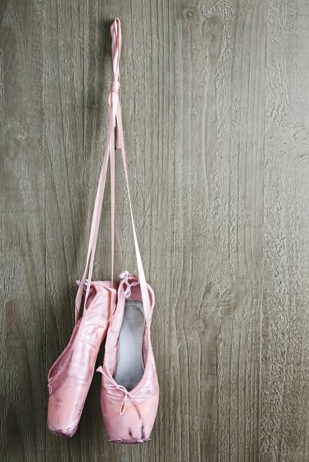 Starzy różowi baletniczy buty obrazy stock