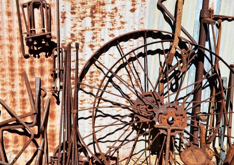 Starzy rdzewiejący narzędzia i koła obrazy stock
