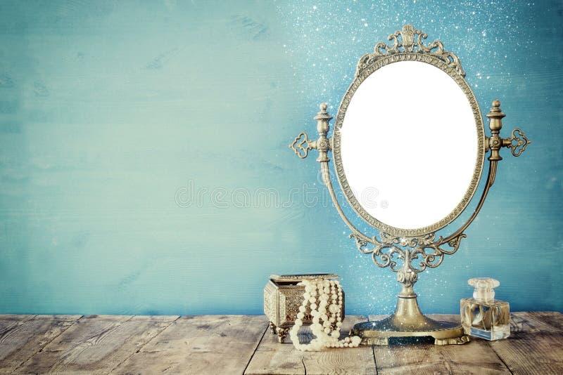 Starzy rocznika owalu kobiety i lustra mody toaletowi przedmioty obraz stock