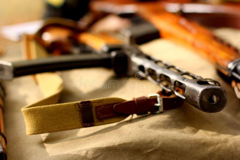 Starzy rosyjscy broń automatyczna karabinu pistolety fotografia stock