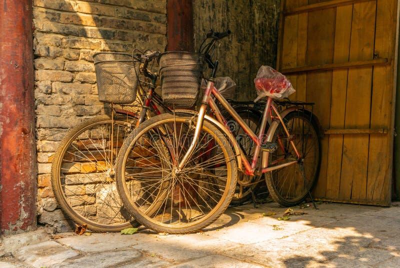 Starzy rowery w pustej wąskiej alei w tradycyjnym Pekin Huto obrazy royalty free