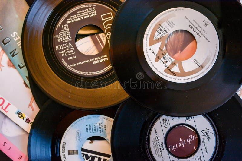 Starzy 45 rpm przerzedżą rejestry, tła z nowożytnym dotykiem obraz stock