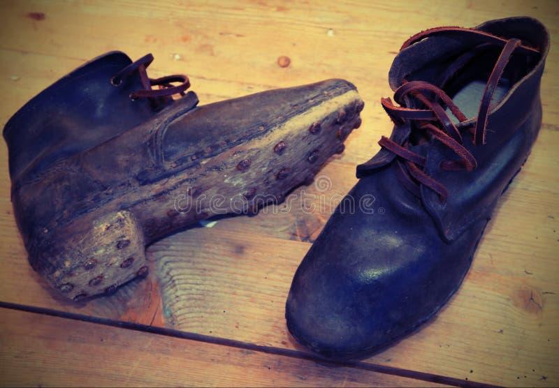 starzy rzemienni buty z podeszwami z nailsused żołnierzami F zdjęcia royalty free