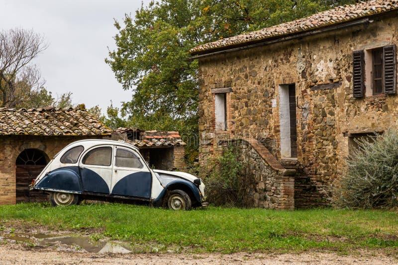 Starzy samochodów stojaki blisko klasycznego włoskiego wioska domu na jesień dniu po deszczu obrazy royalty free