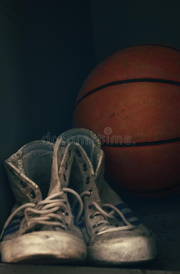 Starzy sportów sneakers buty i koszykówki piłka fotografia stock