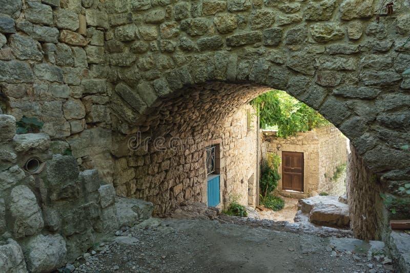 Starzy subpass w wiosce Labeaume w Ardeche regionie Fra obraz stock