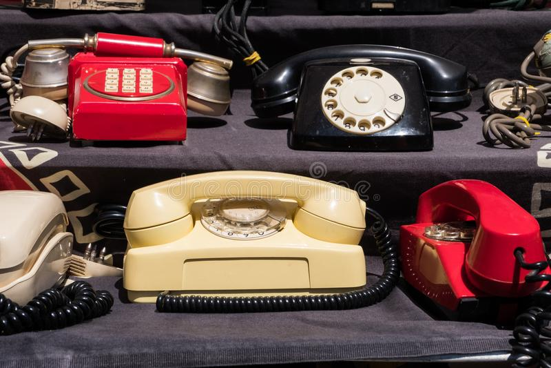 Starzy telefony przy pamiątki sklepem obrazy royalty free