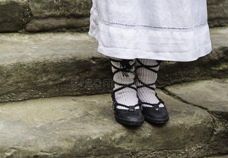 Starzy tradycyjni mali dziewczyna buty zdjęcia royalty free