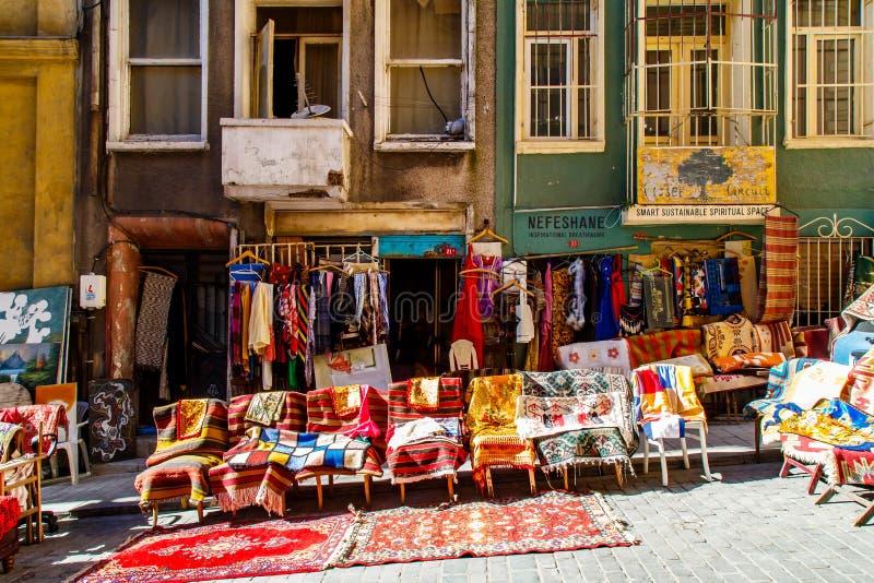 Starzy Tureccy dywaniki i dywany dla sprzedaży, rocznika sklep w Cukur Cuma Caddesi okręgu, Istanbuł obraz stock