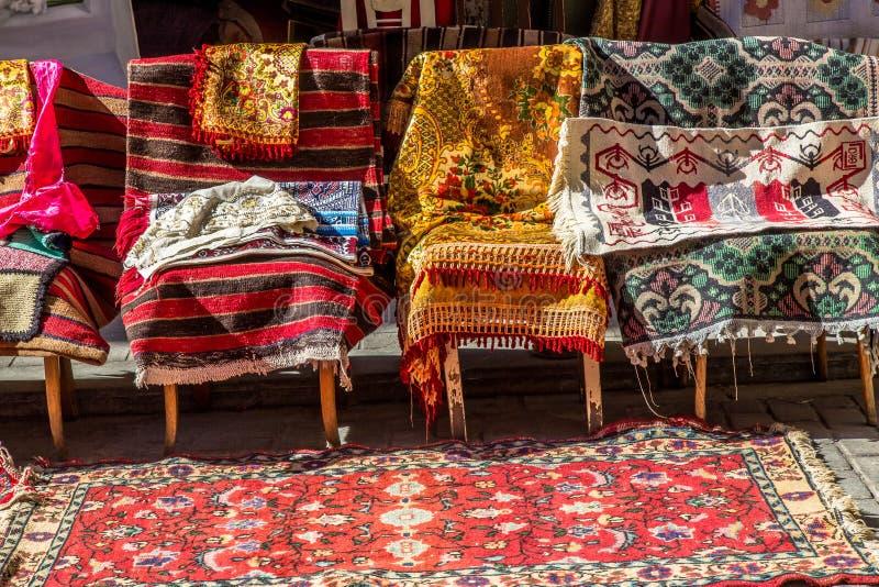 Starzy Tureccy dywaniki i dywany dla sprzedaży, rocznika sklep w Cukur Cuma Caddesi okręgu, Istanbuł obraz royalty free