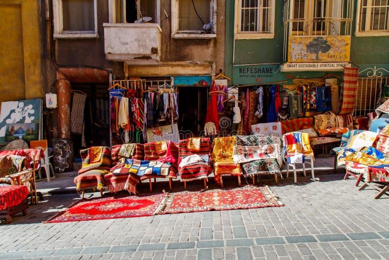 Starzy Tureccy dywaniki i dywany dla sprzedaży, rocznika sklep w Cukur Cuma Caddesi okręgu, Istanbuł zdjęcie royalty free