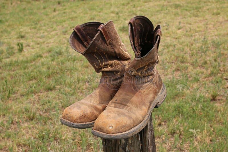 Starzy u?ywa? kowbojscy buty balansowali na poczcie zdjęcie stock
