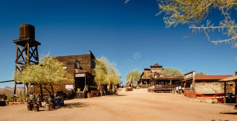 Starzy Zachodni Drewniani budynki w Goldfield kopalni z?otej miasto widmo w Youngsberg, Arizona, usa obraz royalty free