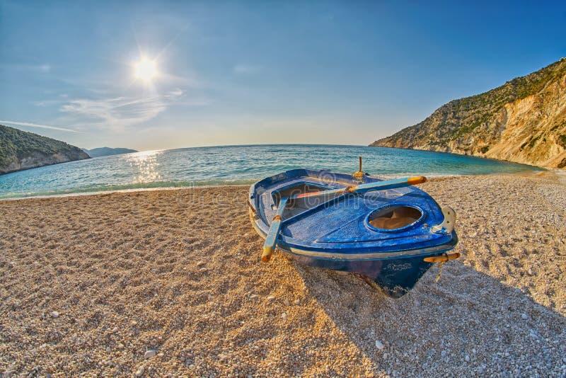 Starzy Zaniechani rybacy Łódkowaci przy zmierzchu Myrtos plażą w Kefalonia, Grecja zdjęcie royalty free