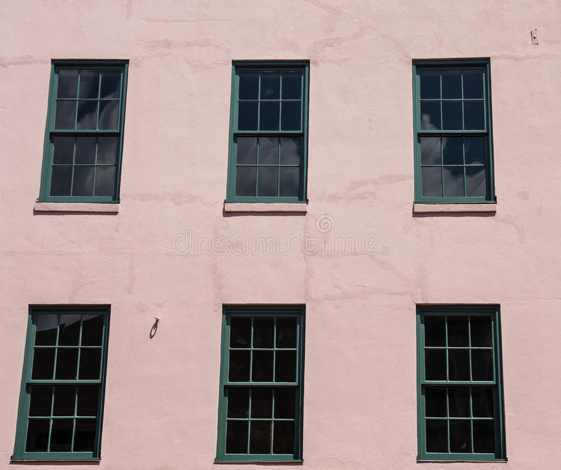 Zielony Windows w Różowym stiuku obrazy royalty free