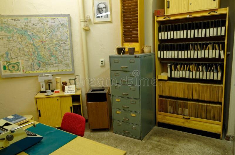 Stasi muzeum przedstawia biurowego wnętrze starsi urzędnicy wliczając stołu kartoteka obraz stock