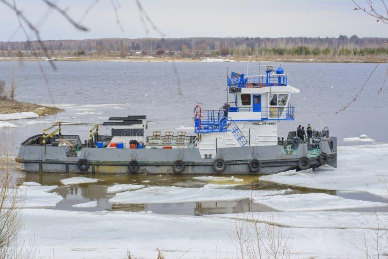 Statek żegluje przez lodu obrazy stock