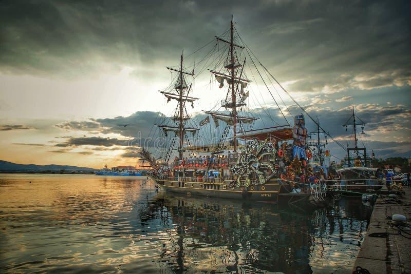 Statek dekorujący jako pirata statek przeciw tłu niebieskie niebo i położenia słońce obrazy stock