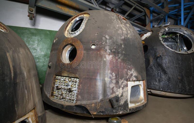 Statek kosmiczny dla spadku mężczyzna od przestrzeni, po lądować Na ciemnym magazynie przed usuwaniem Ostrość na lander obraz royalty free