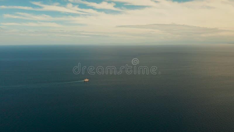 Statek na błękitnym morzu przeciwko Filipinom, Mindanao obraz stock
