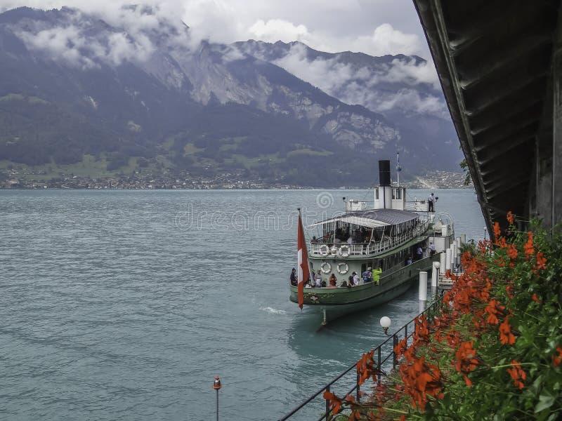 Statek na Jeziornym Brienz i szwajcarscy alps blisko Interlaken obraz royalty free