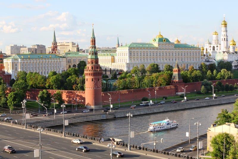 Statek na Moskva rzece, Vodovzvodnaya Kremlin wierza fotografia stock