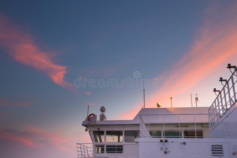 Statek przy morzem bałtyckim, zmierzchem i fala, Miastowy widok Woda i nat obraz stock